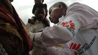 Umuganga wa MSF ariko aravura abarwayi i Dubie muri Katanga, muri Republika ya Demokrasi ya Kongo