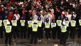 Cảnh sát đứng trước người hâm mộ Anh tại Wembley