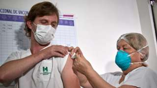 Un argentino es vacunado con Sputnik