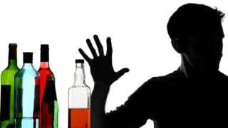 Sombra de um homem rechaçando álcool