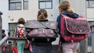 Французские школьники идут на занятия