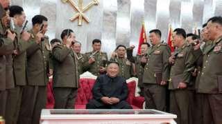 คิม จอง-อึน แจกปืนสั้นที่ระลึกแก่เหล่านายพลและนายทหารระดับสูงผู้ให้คำมั่นสัญญาว่าจะจงรักภักดีต่อเขา