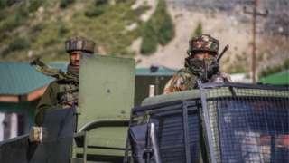 周二中国外交部发言人表示反对印度在争议地区增加基础设施建设,加强印军阵地