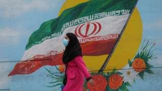 İran'da maske takan bir kadın