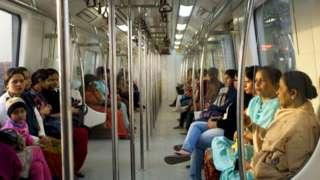 मेट्रो के लेडीज़ कोच में महिलाएं