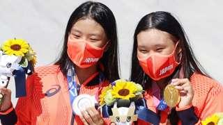 Gold medallist Sakura Yosozumi (right) and silver medallist Kokona Hiraki