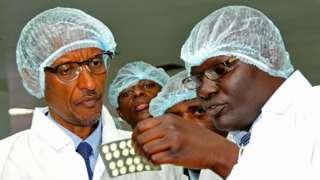 Prezida w'u Rwanda Paul Kagame ari gusuzuma umuti ugabanya ubukana bwa virus itera SIDA ukorwa n'ikigo Quality chemicals cyo muri Uganda, itariki 27/01/2012