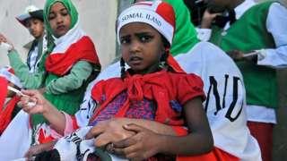 Abantu bafite amabendera ubwo abasirikare bo mur Somalilanda banyuragaho mu karasisi ko ku munsi mukuru w'ubwigenge mu murwa mukuru Hargeisa, ku itariki ya 18/5/2016.