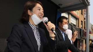 서울 광진을에 당선된 고민정 더불어민주당 당선인이 16일 오후 서울 광진구 주민들에게 감사 인사를 하고 있다