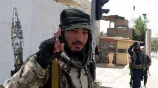 یک سرباز طالبان به پاسداری مقر والی غزنی گماشته شده است