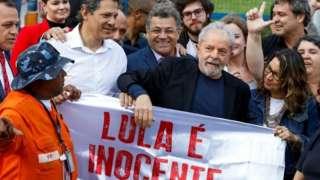 لولا داسیلوا با حامیان خود که بیرون از مقر پلیس فدرال در انتظار او بودندد صحبت کرد.