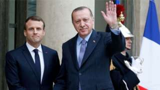 Perezida Macron (ibumoso) yashinje Perezida Erdogan kurenga ku byo yasezeranyije