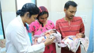 Padmashree dan Bhagyalakshmi bersama dengan anak kembar mereka