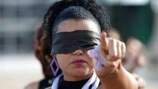 """Manifestación por los derechos de las mujeres donde se interpreta la performance """"Un violador en tu camino"""""""