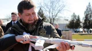 Март 2021 году. Рамзан Кадыров осматривает оружие, которые применяются в условиях Севера, перед учениями Росгвардии в Арктике