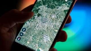Un teléfono muestra un mapa satelital de China