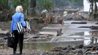 Женщина на фоне разрушений