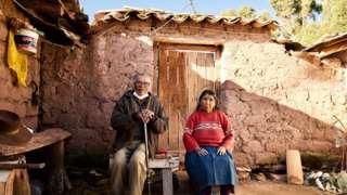 "Penduduk asli Sangarará Enrique Arnedo Oimas (kiri) menyebut Tito Condemayta, ""pahlawan perempuan Pertempuran Sangarará"""