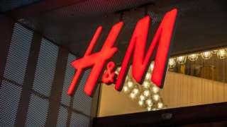 Logo de una tienda de H&M