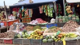 डोटीमा बिक्रीका लागि राखिएका फलफूल र तरकारी