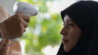 เจ้าหน้าที่วัดอุณหภูมิหญิงมุสลิมที รพ.ปัตตานี