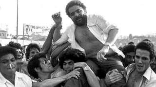 Lula é carregado por sindicalistas durante assembléia em São Bernardo do Campo, em 1979