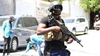 海地警察搜证人员在太子港佩蒂翁维尔市镇总统莫伊兹私宅外调查(7/7/2021)