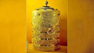 A picture of the five-tier gold lunchbox