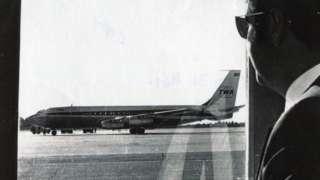 Zaposleni u aviokompaniji Norman Kej gleda u oteti TVA85 na aerodromu Bangor u državi Mejn