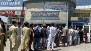 Abanya-Afghanistan batonze umurongo hanze ya banki AZIZI ngo babikuze amafaranga, mu gihe iyi banki iri mu bibazo by'amafaranga biri i Kabul