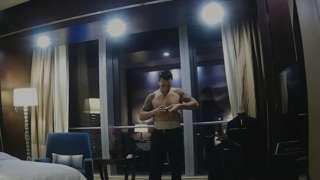 吉姆·拉特拉齊-奎特普(Jim Latrache-Qvortrup)扮演的「詹姆斯先生」,正將秘密錄音設備放在酒店房間內。