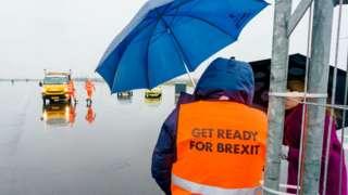 Trabalhador usa colete com os dizeres 'Get Ready For Brexit' (prepare-se para o Brexit, em tradução livre)