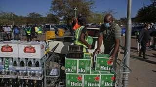 술 상자를 옮기는 남아공 주민