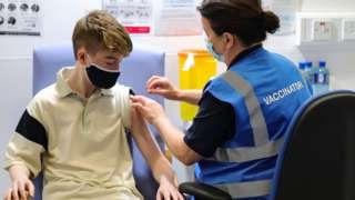 아일랜드 더블린에서 백신을 맞고 있는 청소년