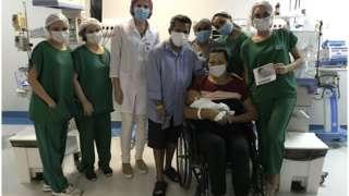 Lurdyani, ao lado do marido e da equipe médica, pega a filha no colo pela primeira vez, 51 dias depois do parto.