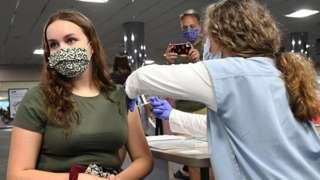 Una mujer recibe una vacuna en EE.UU.