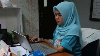 Takwani Suci Prestanti memasukan data ke komputer dengan satu tangan di Kantor Thisable, Jakarta, Kamis (21/11).