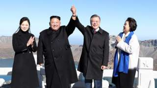 2018년 문재인 대통령과 김정은 북한 국무위원장이 백두산 정상인 장군봉에 올라 손을 맞잡아 들어 올리고 있다