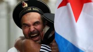 Объятия на праздновании дня ВМФ в московского Парьке Горького