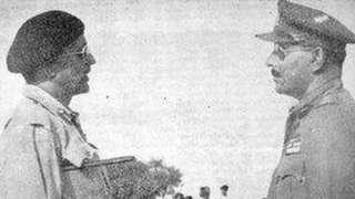 جنرل العیدروس (دائیں) جنرل چودھری کے آگے ہتھیار ڈالتے ہوئے