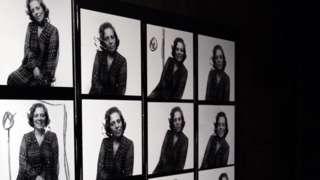 Fotos de Zuzu Angel em exposição sobre sua vida, em 2014