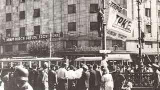 Тела петорице жртава стајала су до увече као упозорење свима који би хтели да пруже отпор