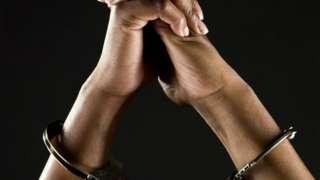Mains de femme avec des menottes