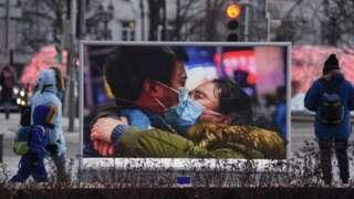 中国官方新华社得奖照片《贵州对口支援湖北鄂州医疗队337名队员出征》在俄罗斯莫斯科塔斯社外展出(新华社图片11/3/2021)