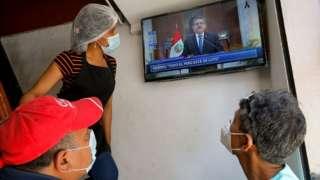 Peruanos observando la renuncia de Manuel Merino