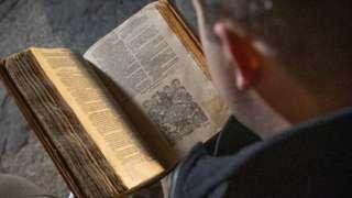 تعد تلك النسخة النادرة واحدة من 24 نسخة معروفة فقط للكتاب المقدس المترجم للغة الويلزية