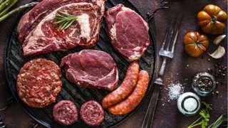 Berbagai potongan daging di atas wajan besi