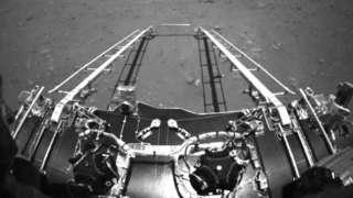전방 카메라에 찍힌 주룽이 착륙선에서 내려올 때 풍경