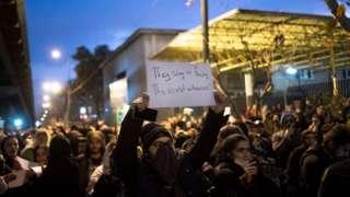 ဆန္ဒပြနေကြတဲ့ ကျောင်းသားတွေ