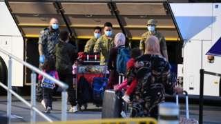 Army members help take returning travellers to quarantine in Sydney in 2021